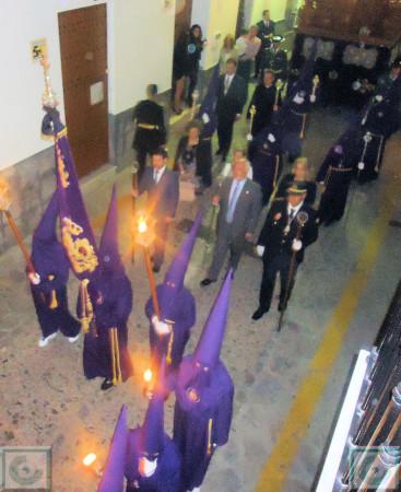 Penitentes de la Hermandad del Nazareno y presidencia de la comitiva, con el alcalde, Manuel Toro.