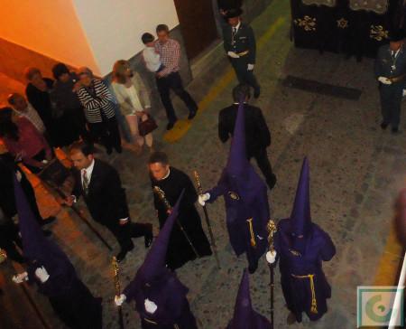 Penitentes de la Hermandad del Nazareno y presidencia de la comitiva, con el párroco, Roberto Romero, acompañado por el pregonero de Semana Santa, Francisco Collado.