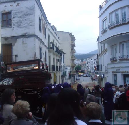 El Santo Entierro, entrando en la calle San Sebastián, con la calle Moreno de Mora en obras al fondo.