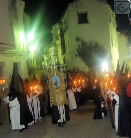 Cruz de guía del paso de la Virgen de los Dolores, saliendo de la calle Magdalena.