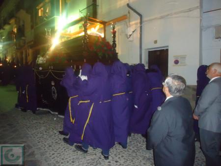 El Cristo Yacente, por la calle Toledo. Detrás, el alcalde, Manuel Toro.