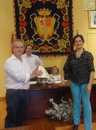 José Pino recibe el primer accésit de manos de Mercedes Gómez, en nombre de Editorial Tréveris.