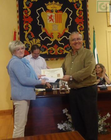 Ana Mª García, en nombre de Timbrado Juan Manuel Román García, recoge el tercer premio, ganado por Manuel Terrín, de manos de Aurelio López, de la Asociación de Vecinos Plaza de la Verdura.