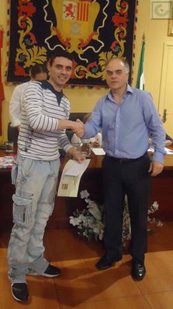 Isamel García recibe el segundo accésit de manos de Fernando Sígler, de la academia de enseñanza Ateneo.