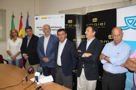 El presidente de la Diputción, con el alcalde y demás representantes institucionales, en su visita al Centro Integrado Territorial de Empleo.