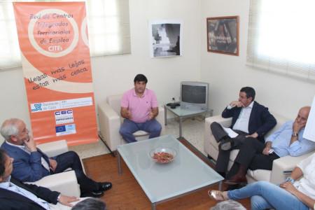 El presidente de la Diputación, con el alcalde, en su reunión con el presidente de la asociación de empresarios.