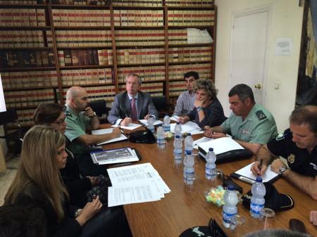 Participantes en la reunión, presidida por el subdelegado del Gobierno.