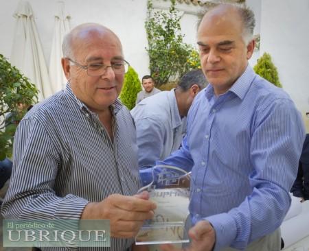 Teodoro Leo Menor recibe un accésit de manos de Fernando Sígler, de Editorial Tréveris.
