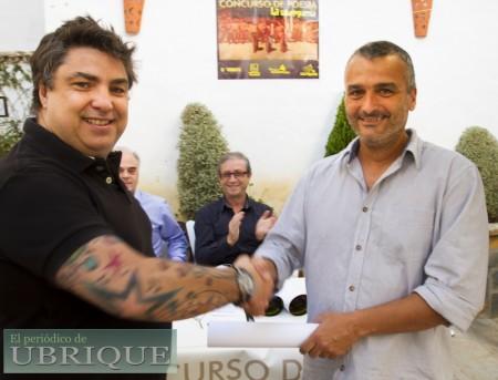 Juan José Gómez Ordóñez recibe un accésit de manos de David Menacho Pérez, de 'La Ventolera'.