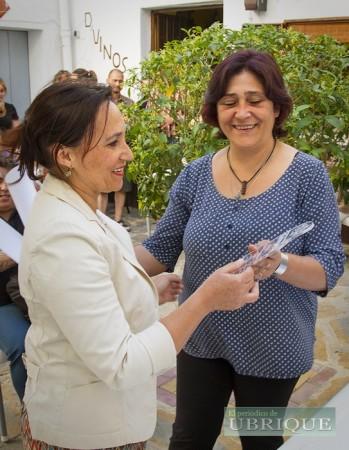 Trinidad Domínguez Gómez recibe el segundo premio de manos de Lupe Rodríguez García, de 'D'Vinos':