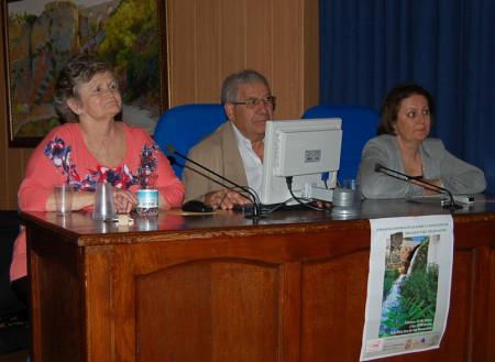 La ponente de la jornada informativa, con representantes de la Federaciónde AA.VV.