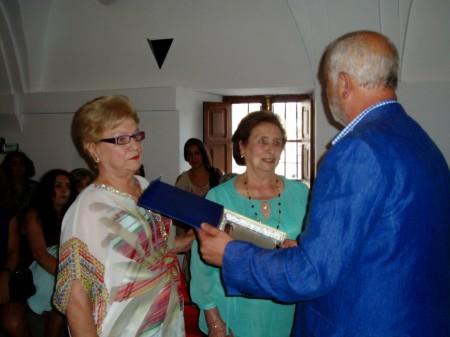 Las costureras Carmen y Francisca León Gómez, a quienes se hizo un reconocimiento.
