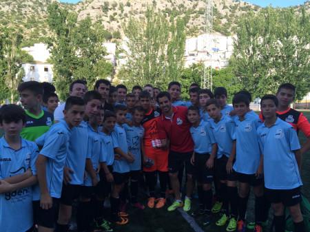 El futbolista Jurado, con niños y adolescentes participantes en la jornada celebrada en Ubrique.