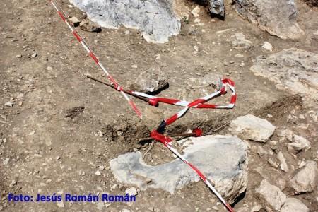 Hincos, tiranteces, cintas de precaución de la zona en excavación arrancados y tirados…
