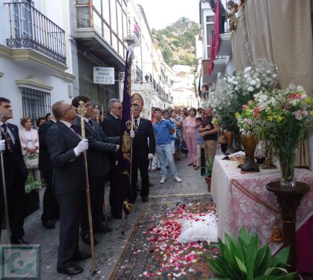 El cortejo, ante el altar instalado en la calle Botica.