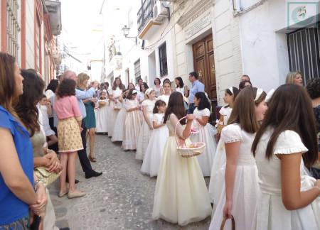 Niños y niñas de primera comunión .