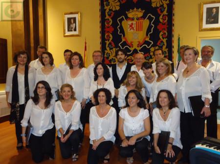 Integrantes de la Coral Polifónica de la Escuela Municipal de Música, tras el concierto.