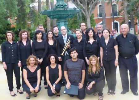 Los miembros de la Coral Polifónica de la Escuela Municipal de Música de Ubrique, frente a la entrada principal de la Casa Colón de Huelva.