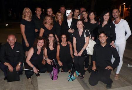 Componentes de la coral ubriqueña, con miembros del elenco y la concejal de Cultura.