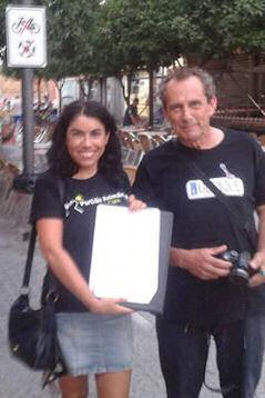 Virginia Iniesta y Mano Loca Bello, en la recogida de firmas.