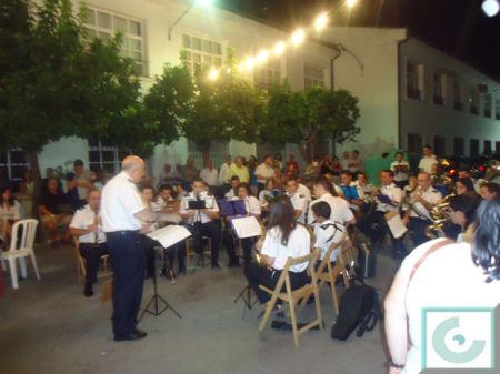 La Banda Municipal de Música de Ubrique, dirigida por Juan Pedro Viruez, durante el concierto a las puertas de la Peña Taurina Hermanos Bohórquez.