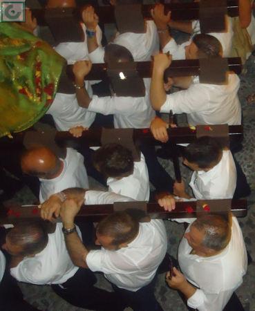Miembros de la Hermandad, con el paso a hombros.