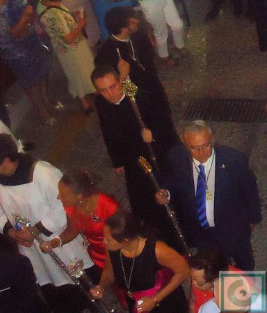 El párroco, Roberto Romero, y el hermano mayor, Aurelio López.