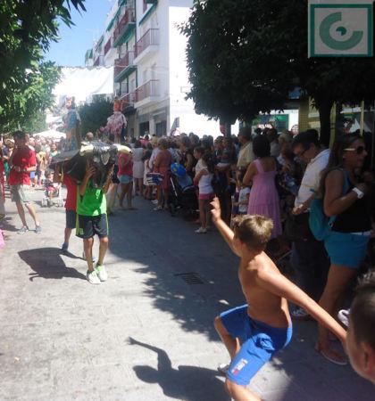 El toro ficticio del pasacalles de gigantes y cabezudos, por la avenida de España.