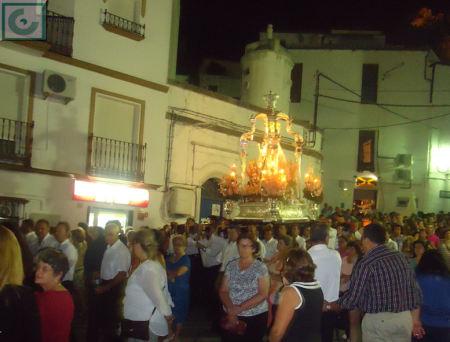 La procesión, a su paso por el depósito del Nacimiento, camino del Convento.