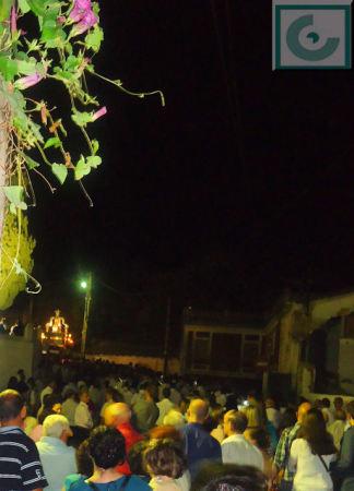 Una multitud presencia el regreso de la imagen de la Virgen a la iglesia del Convento.