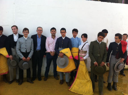 María Sierra, con los demás novilleros participantes en la selección, junto con el diputado provincial Eduardo Párraga y el concejal Bartolomé Panal.