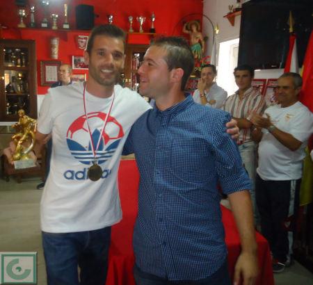 El presidente del Comité Local de Fútbol Sala, Daniel Villanueva, entrega el trofeo de mejor jugador a Pedro Venegas, del Estudiantes.