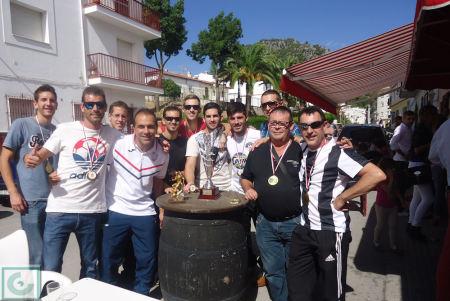 El equipo del Estudiantes, con el trofeo de campeón, a las puertas de la Peña Sevillista.