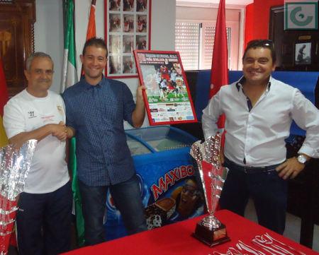 El presidente del Comité de Fútbol Sala recibe de manos del vicepresidente de la Peña un cartel enmarcado.