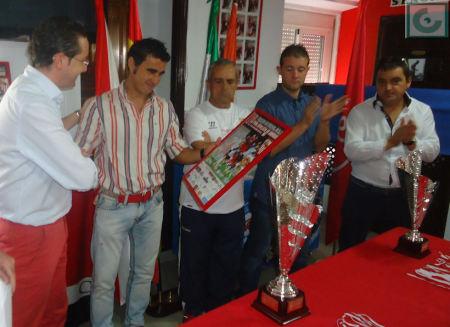 El concejal de Deportes recibe de manos del presidente de la Peña un cartel enmarcado.
