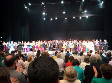 Artistas participantes en el musical, ante el auditorio completo.
