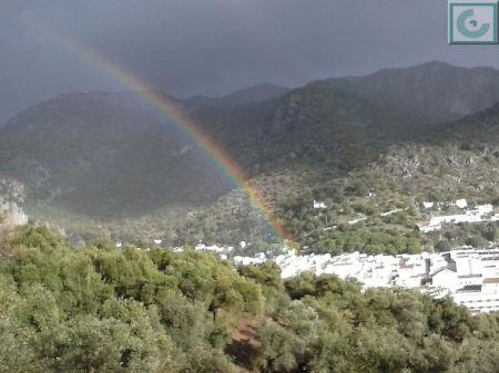 El arcoíris en Ubrique, visto desde los Olivares, hacia las 16:30 horas del domingo 9 de noviembre de 2014 (Foto: Mercedes Sígler).