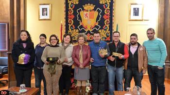 La concejal de Fiestas, con las personas que encarnarán a los Reyes Magos y su séquito y la cartera real.