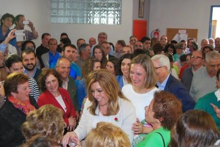 Susana Díaz e Isabel Gómez, en la inauguración de la nueva Casa del Pueblo, con una nutrida asistencia.