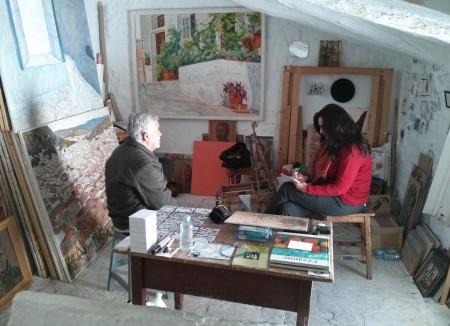 Agüera, entrevistado en su estudio por Mª Ángeles Robles (Foto: CaoCultura).