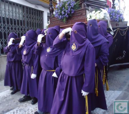 Miembros de la hermandad, con el Cristo yacente a hombros.