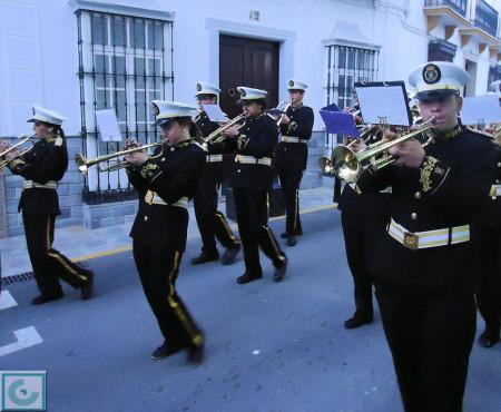 Acompañamiento musical, por la calle San Sebastián.