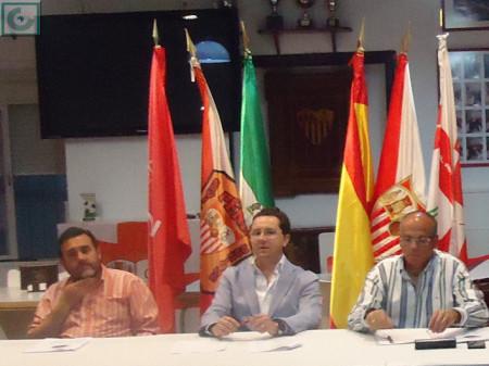 El presidente, Juan Luis Ríos, entre el tesorero, Juan Manuel Román, y el secretario, Manuel Sígler.