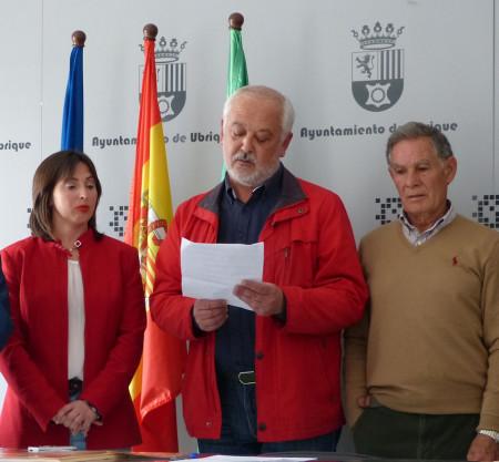 El alcalde de Ubrique, Manuel Toro, lee el manifiesto.