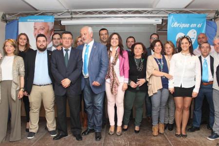 El alcalde, Manuel Toro, con el presidente de la Diputación, la alcaldesa de El Bosque y los restantes candidatos del PP de Ubrique.