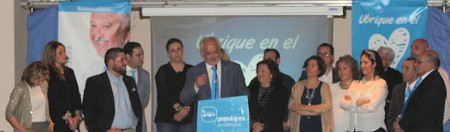 Manuel Toro, durante su discurso, acompañado por los demás integrantes de su candidatura.