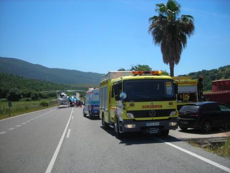 Camión de bomberos y ambulancia en el lugar del accidente.