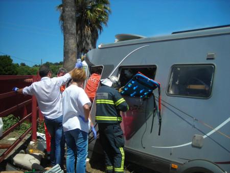 Bomberos y sanitarios, durante la operación de auxilio.