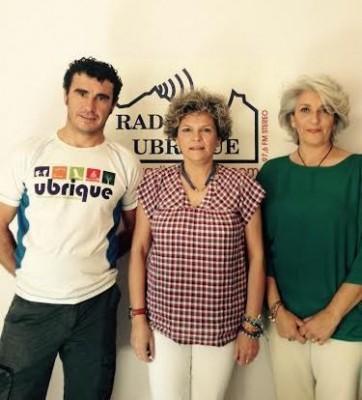Pepi Gloria Pérez, entre Josefina Herrera y Víctor Ríos (Foto: Radio Ubrique).