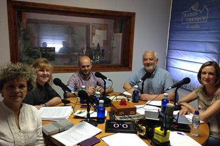 Los candidatos, en la mesa de debate (Foto: Radio Ubrique).
